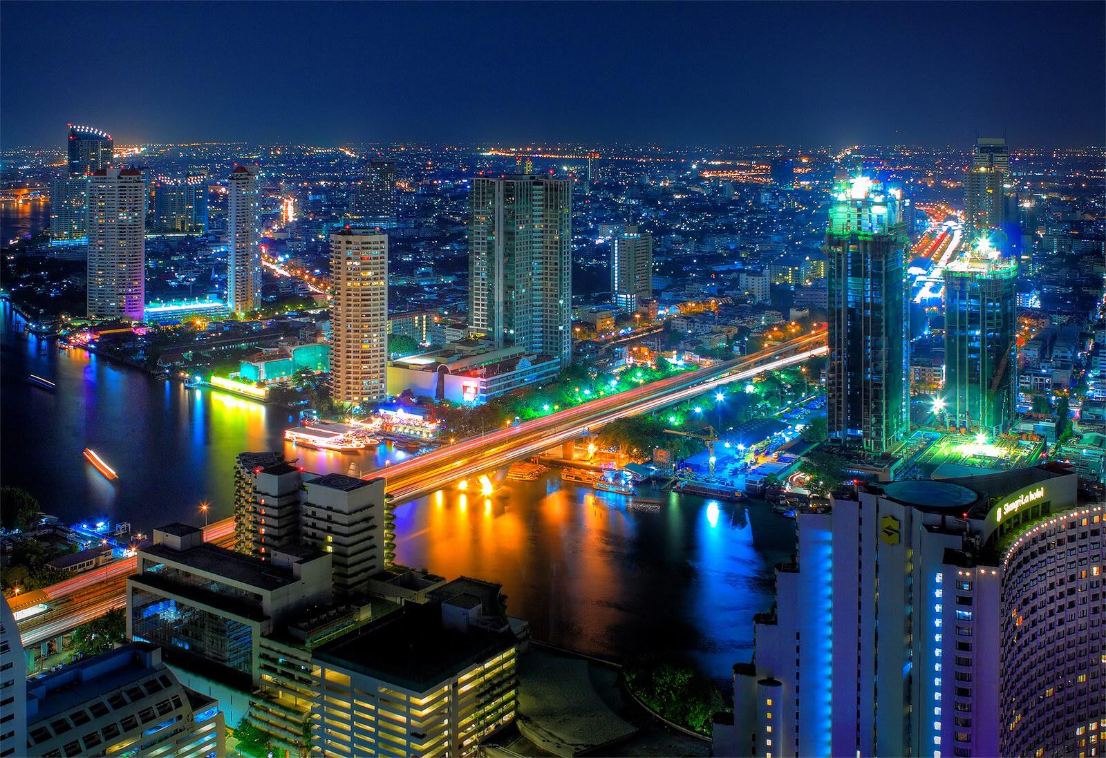 Bangkok di notte completamente illuminata