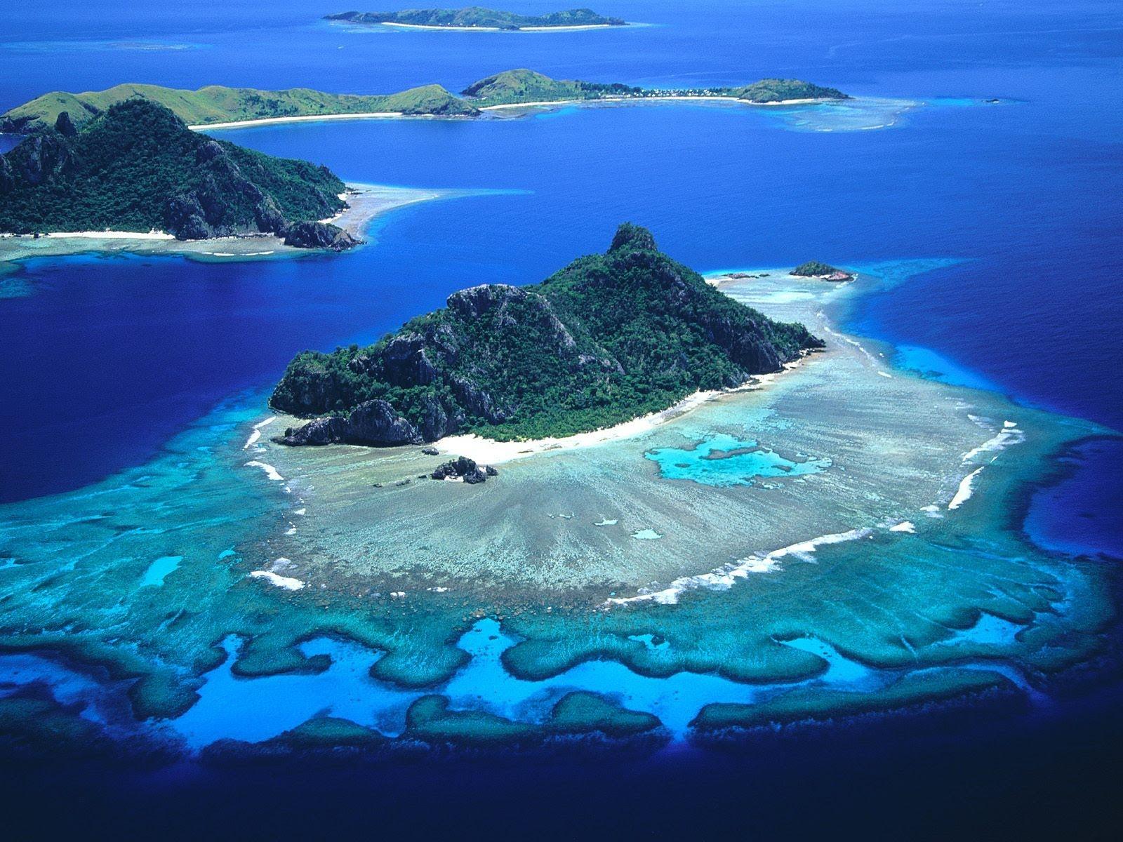 Tre delle svariate isole dell'arcipelago delle Fiji circondate dalla sabbia e dall'acqua ma ricoperte di vegetazione