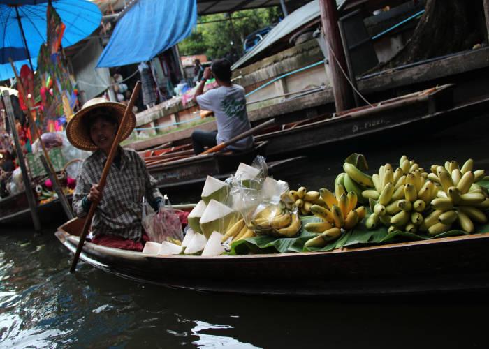 """Una """"Bancarella"""" del mercato galleggiante a 100 km da Bangkok"""
