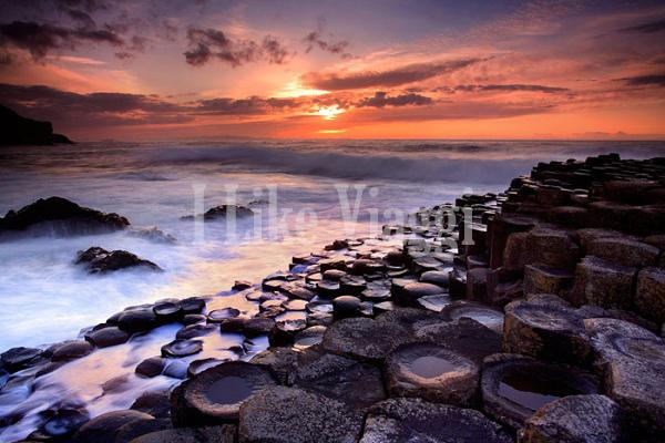 Il sentiero dei giganti al tramonto con vista sul mare