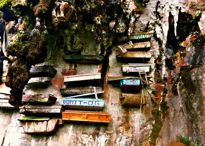 Alcune delle bare appese sulle mura vicino al mare dal popolo Igorot nelle Filippine