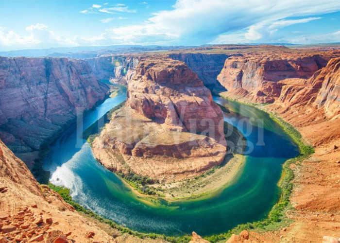 Il ferro di cavallo creato da una curva del fiume Colorado in Arizona di giorno