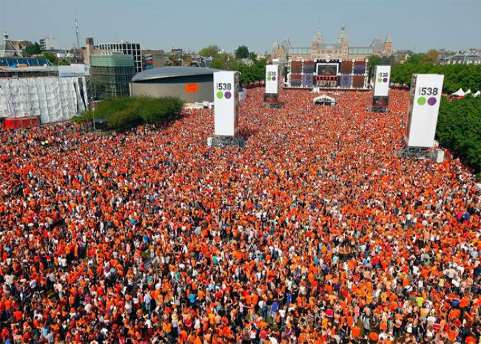 La folla che si riunisce durante la Festa del Re