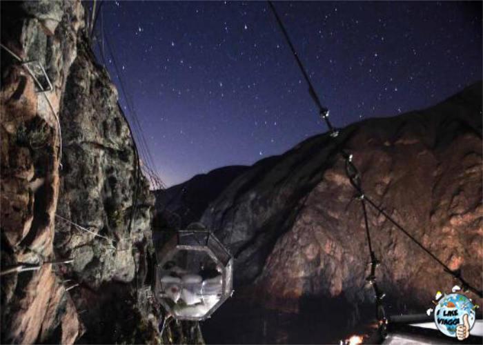Una delle capsule dello Skylodge in Perù di notte