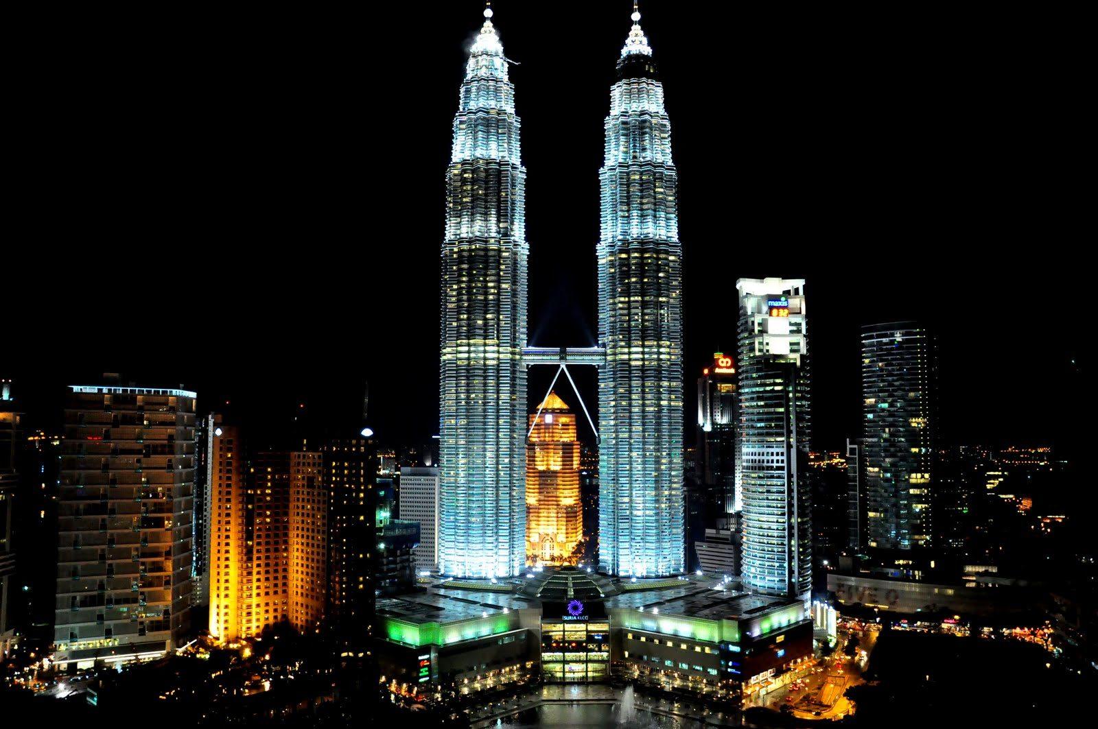 Una foto scattata di notte delle Torri Gemelle Petronas a Quala Lumpur