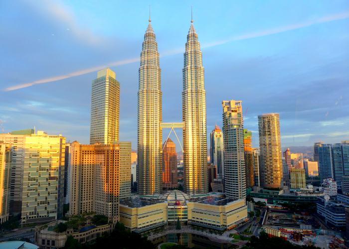Una foto scattata al tramonto delle Torri Gemelle Petronas a Quala Lumpur
