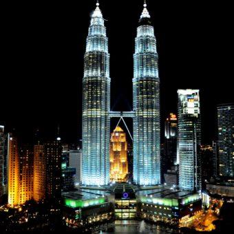 Una foto scattata di notte delle Torri Gemelle Petronas