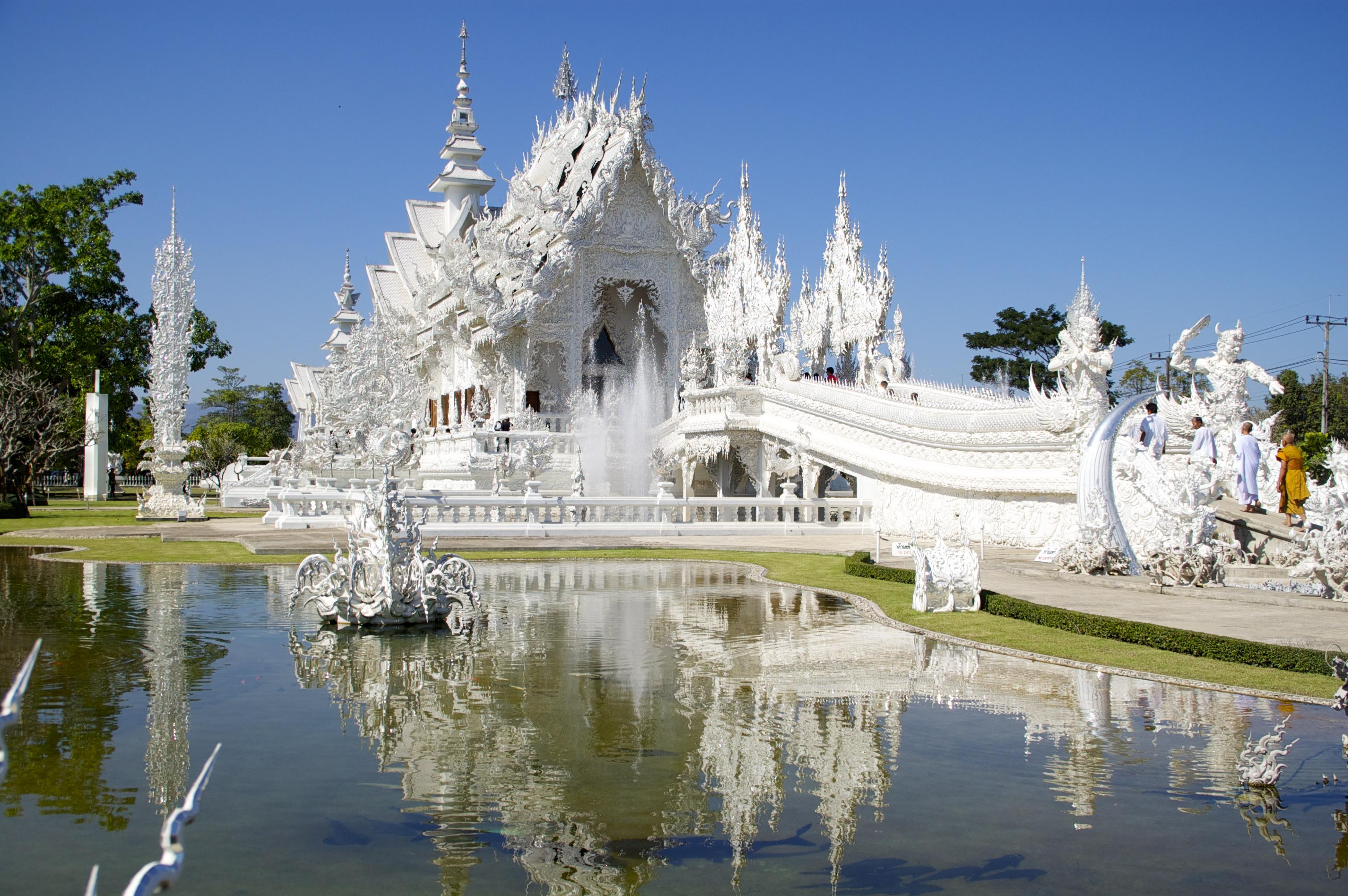 Tempio bianco con riflesso nel lago