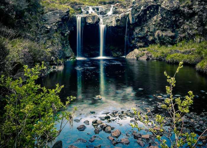Un piano delle Fairy Pools in Scozia con la piccola cascata e il laghetto