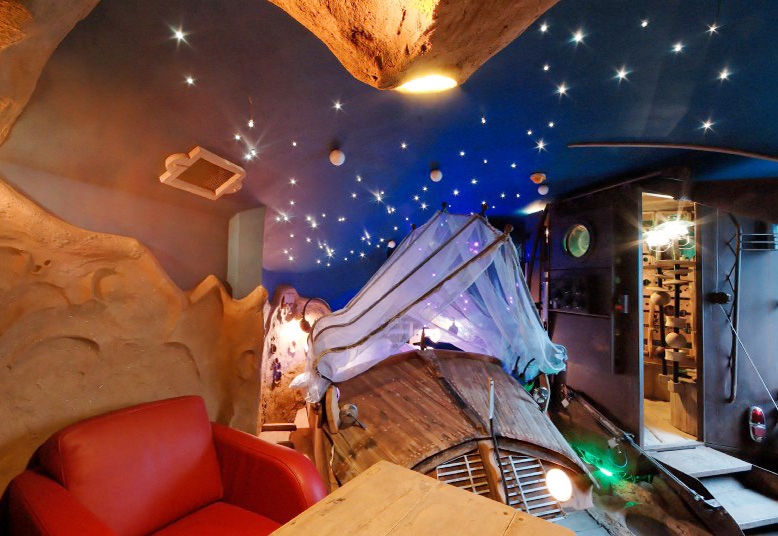 Stanza della Ballade Des Gnomes con dipinto un cielo stellato