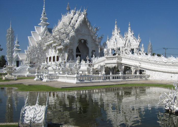 Il tempio bianco con il suo riflesso nel lago