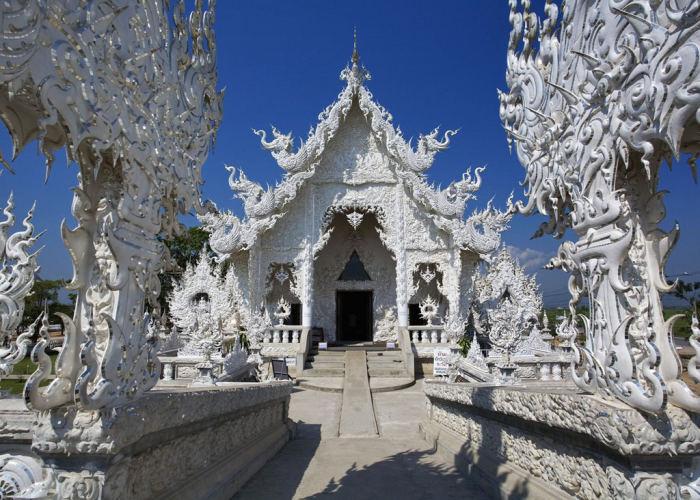 Un'immagine del'entrata del tempio bianco, comprese le state di fronte