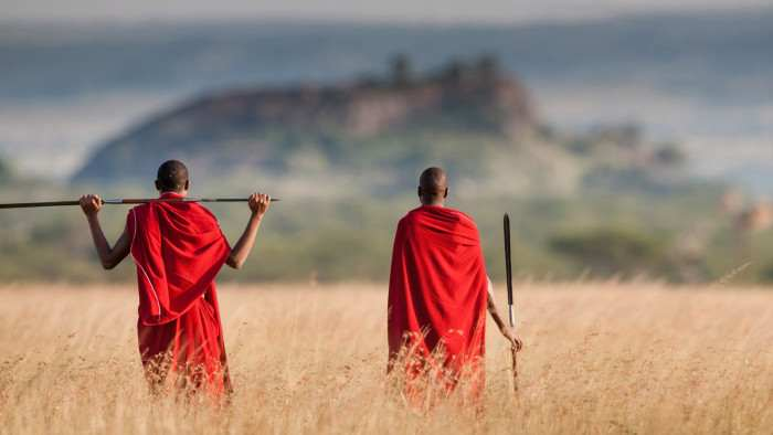 due Masai che camminano in Tanzania