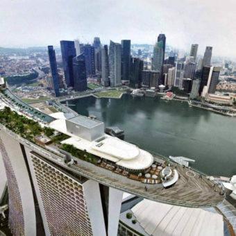 Una visuale dall'alto che mostra la struttura a forma di nave del Marina Bay Sands