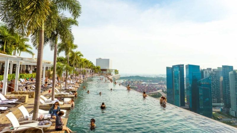 Una foto della piscina panoramica a bordo della struttura a nave del Marina Bay Sands Hotel