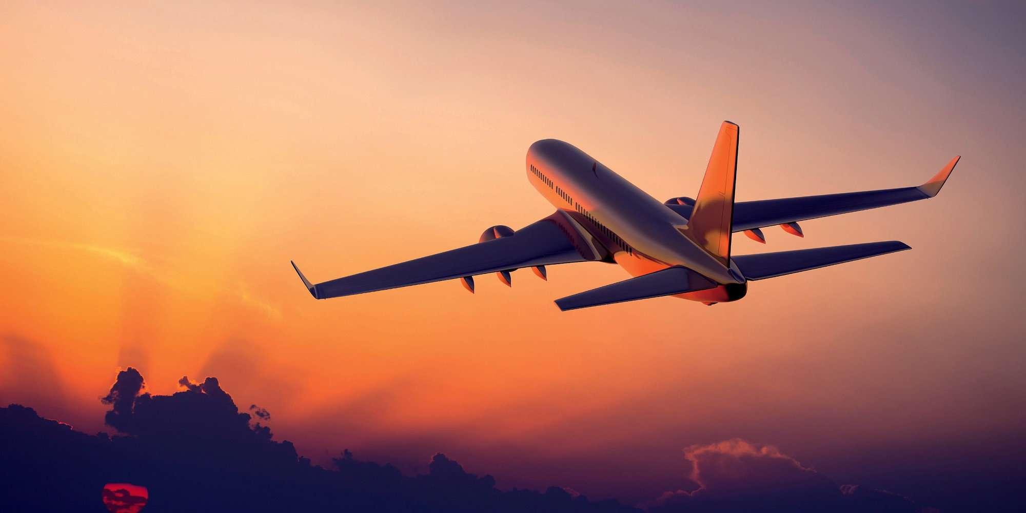 aereo in fase di salita al tramonto