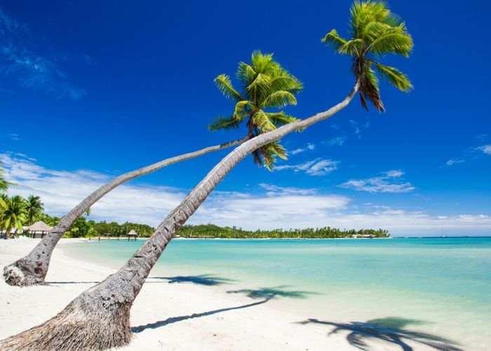 Una spiaggia con sabbia bianca