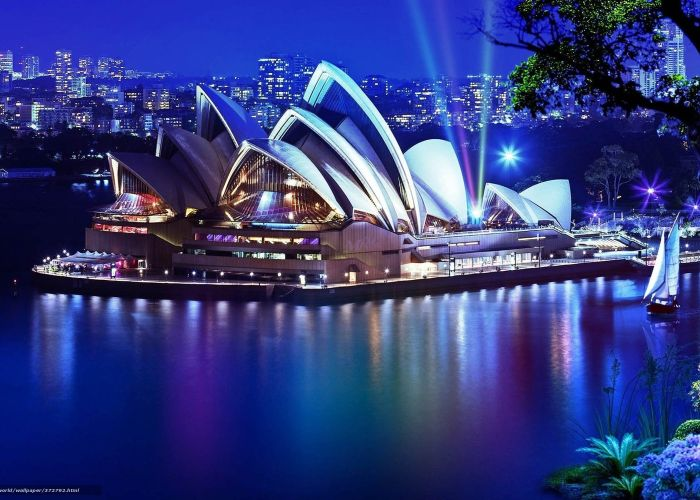 il caratteristico teatro dell'opera di notte a Sydney