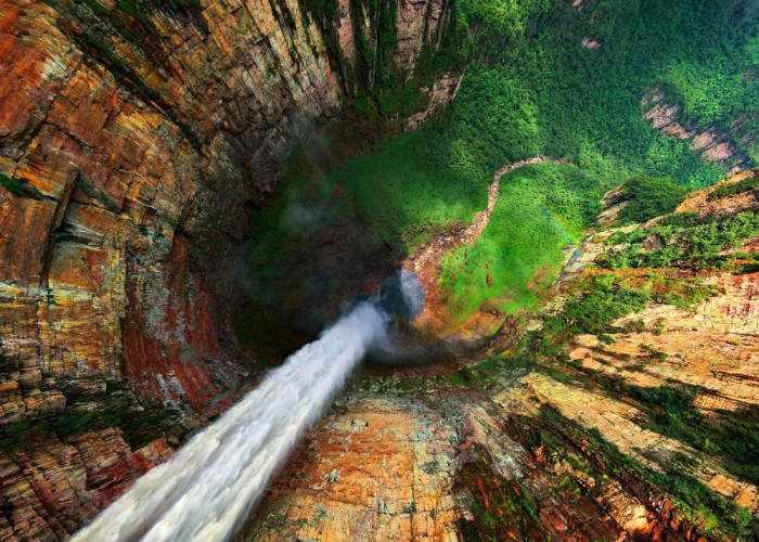Una visuale della Cascata Salto Angel in Venezuela scattata dalla cima della cascata guardando verso il basso