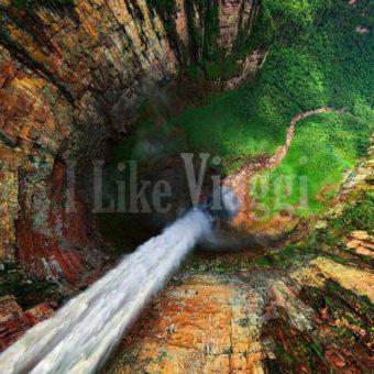 Una visuale della Cascata Salto Angel scattata dalla cima della cascata guardando verso il basso