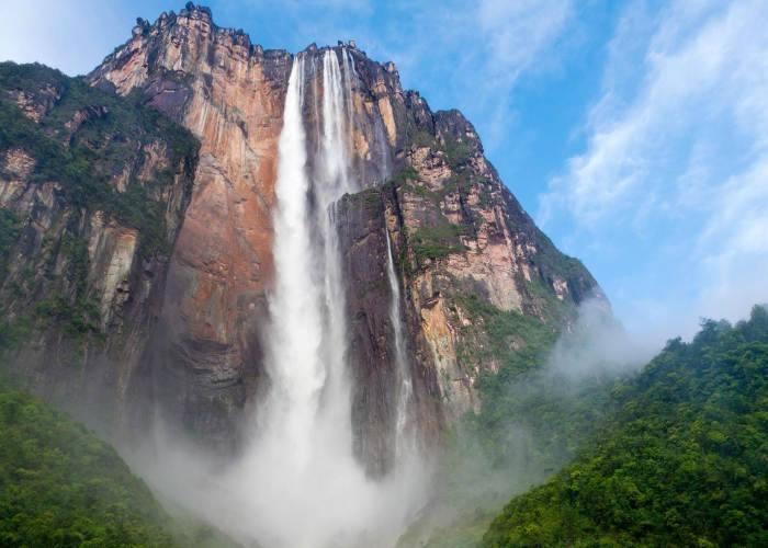 Visuale della Cascata Salto in Venezuela Angel Scattata dal basso e dalla distanza