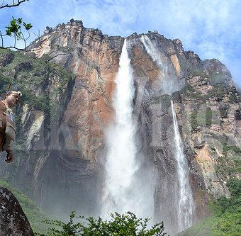 Visuale della Cascata Salto Angel Scattata dal basso e dalla distanza