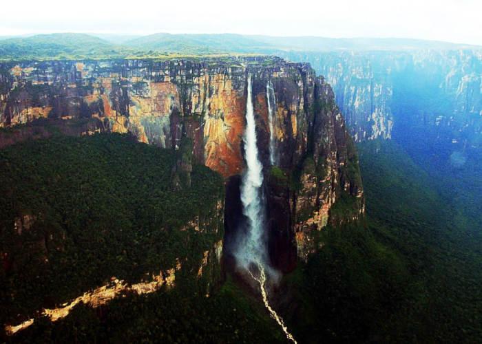 Visuale Cascata Salto Angel in Venezuela scattata dalla lontananza, perpendicolarmente alla cascata