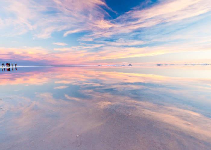 Salar de Uyuni con i colori dell'alba o del tramonto