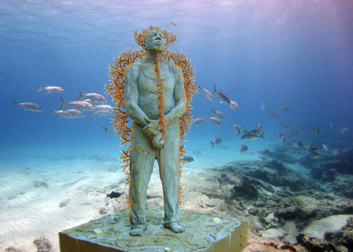 Una statua di un uomo in piedi che sembra attendere qualcosa al MUSA