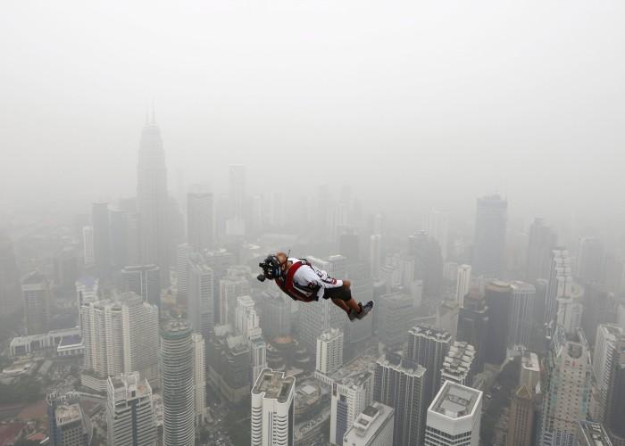 Una persona che fa Basejumping dalola Torre di Kuala Lumpur