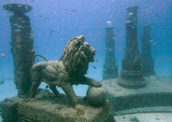 La statua di un leone con una zampa su una palla come per reclamarne il possesso al MUSA
