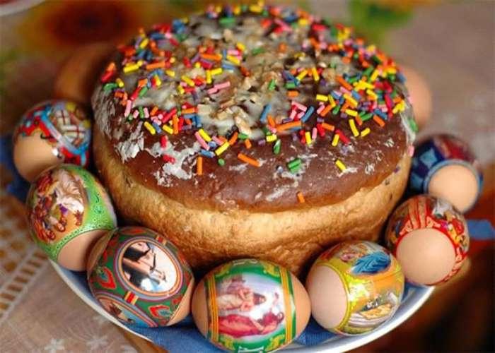 Dolcetti e Uova colorate preparati per Pasqua